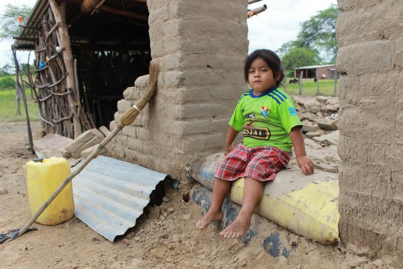 T13, T14 Y T15: A sus 4 años, a Eswin ya le tocó vivir las consecuencias de la naturaleza; su casa colapsó debido a las intensas lluvias en Tambogrande. Por ahora, están viviendo donde su abuelita, él regresa todos los días a dejarle comida a su mascota.