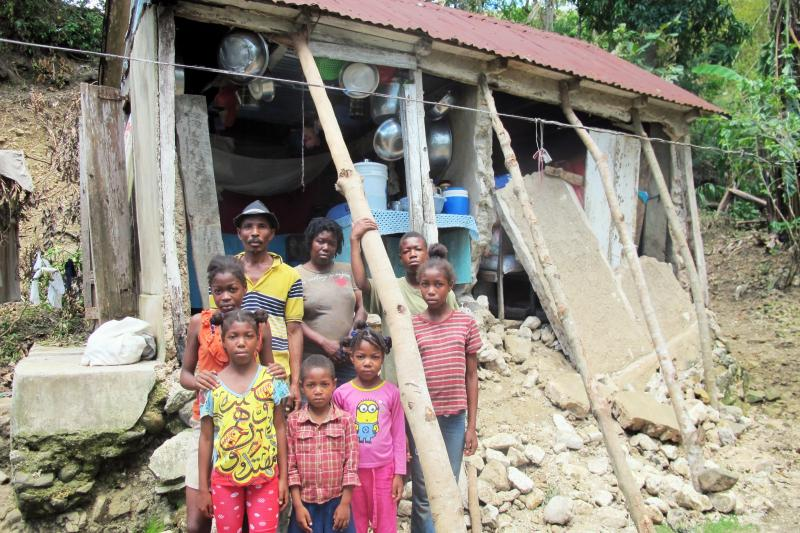 Chrisma, de Haití, ante su casa destruida por el huracán