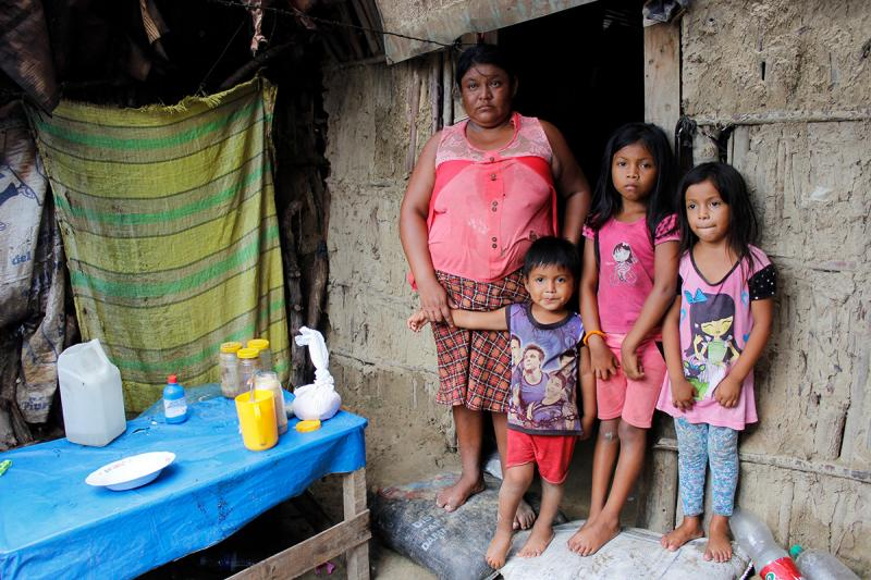 Lucía y sus 3 hijos. La familia ha colocado sacos de arena para evitar que el agua siga ingresando a su dormitorio.