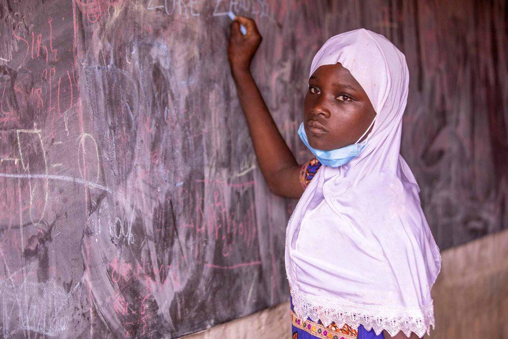 Niña estudiando en Burkina Faso