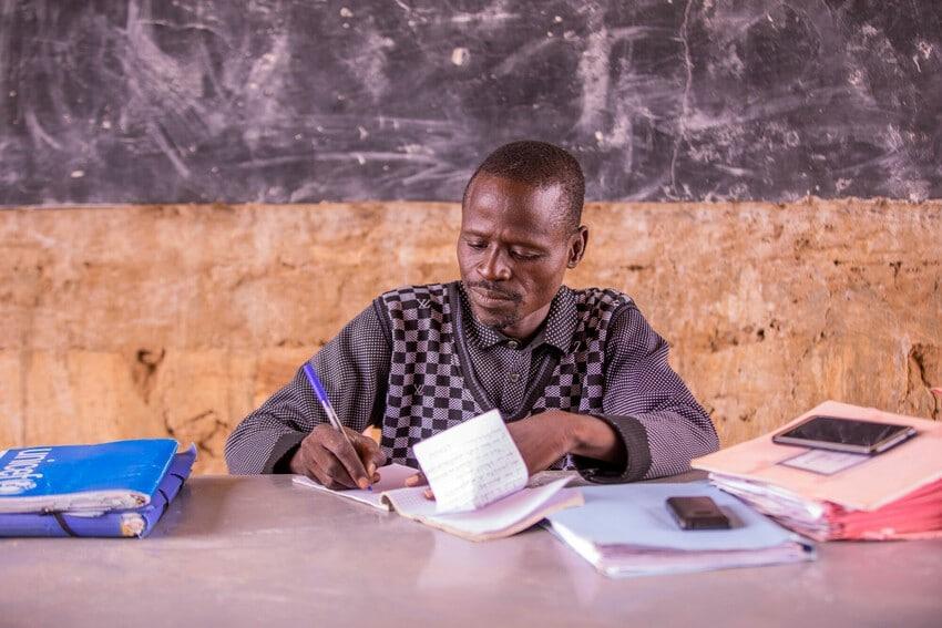 Profesor en escuela de Burkina Faso